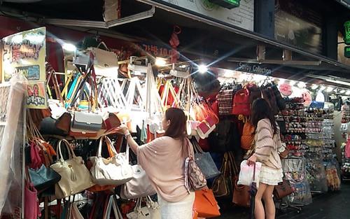 Tha hồ lựa chọn những chiếc túi với giá bình dân (ảnh ST)