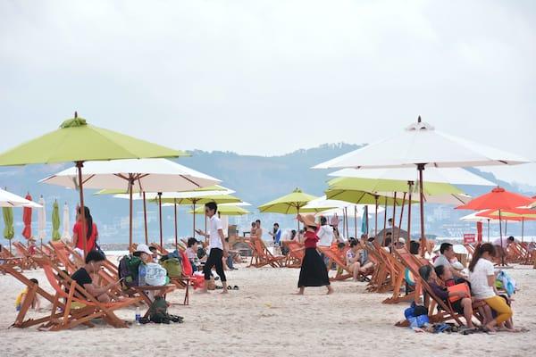 Du khách nằm nghỉ ngơi, thư giãn trên bờ biển (Ảnh ST)