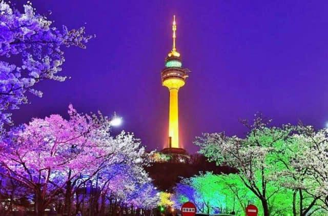 Tháp NamSan đẹp lộng lẫy vào ban đêm tối (ảnh ST)