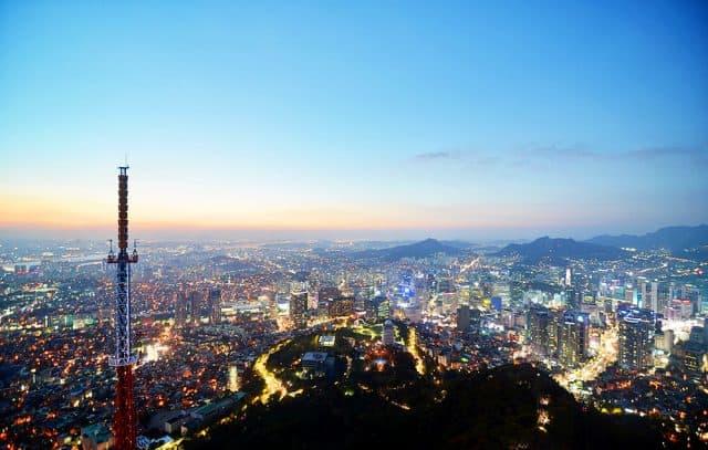 Tháp NamSan là địa điểm lý tưởng ngắm toàn thành phố Seoul từ trên cao xuống (ảnh ST)