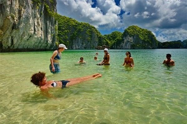 Khách du lịch hòa mình vào dòng nước xanh để thư giãn (Ảnh ST)