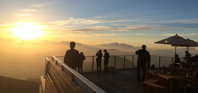 chiêm ngưỡng cảnh mặt trời từ từ lặn xuống đỉnh núi ngay trước mắt, huyền ảo hệt như đang lạc chân vào chốn thiên đường.