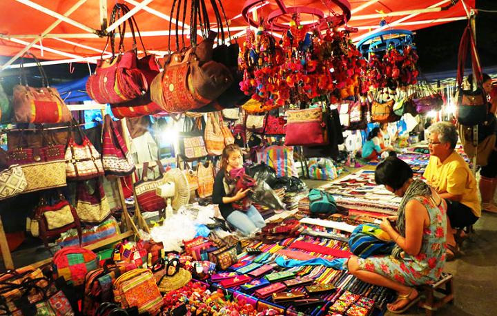 Đồ lưu niệm ở chợ đêm hạ long (ảnh ST)