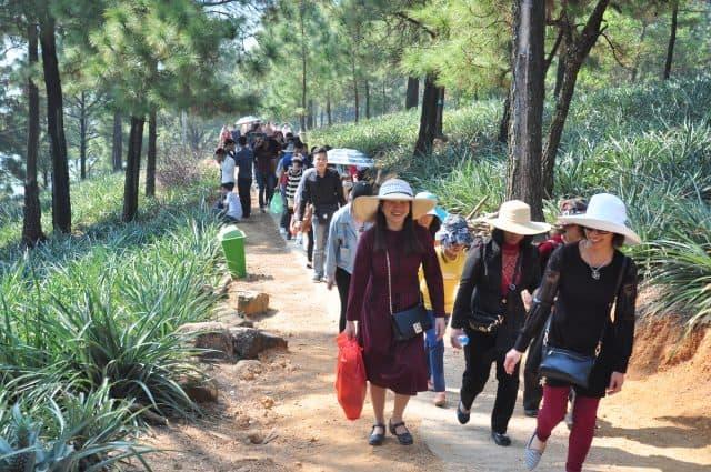 Du khách đang đến thắp hương và ngắm cảnh chùa (ảnh ST)
