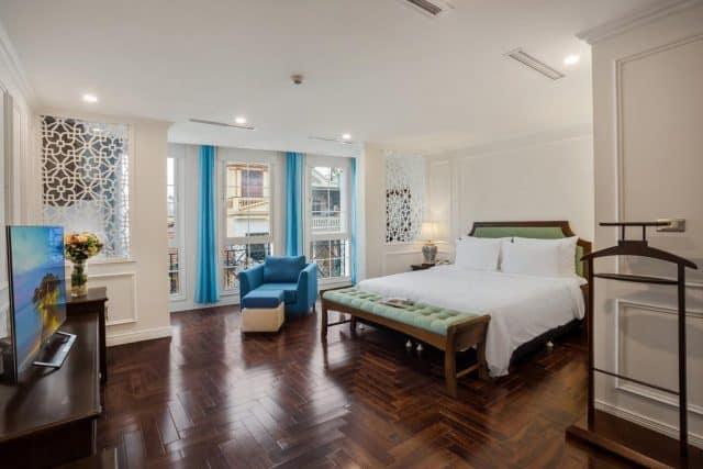 Phòng suites với chiếc giường rộng và chiếc ghế sô pha thoải mái (ảnh ST)