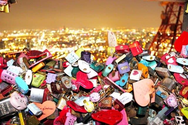 Hàng ngàn ổ khóa với nhiều màu sắc khác nhau (Ảnh ST)