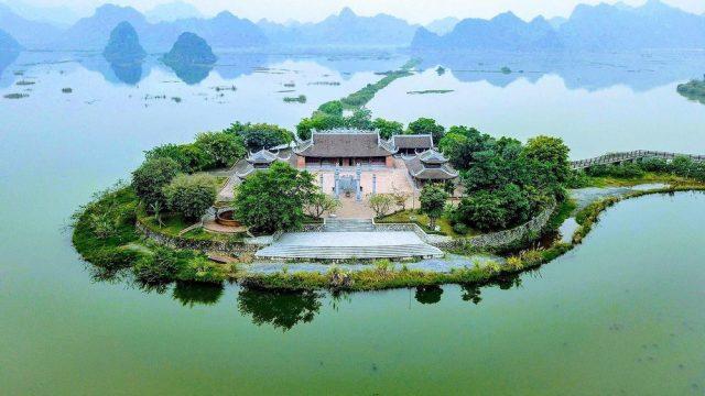 Đình Tam Chúc nằm trên một hòn đảo nổi giữa hồ