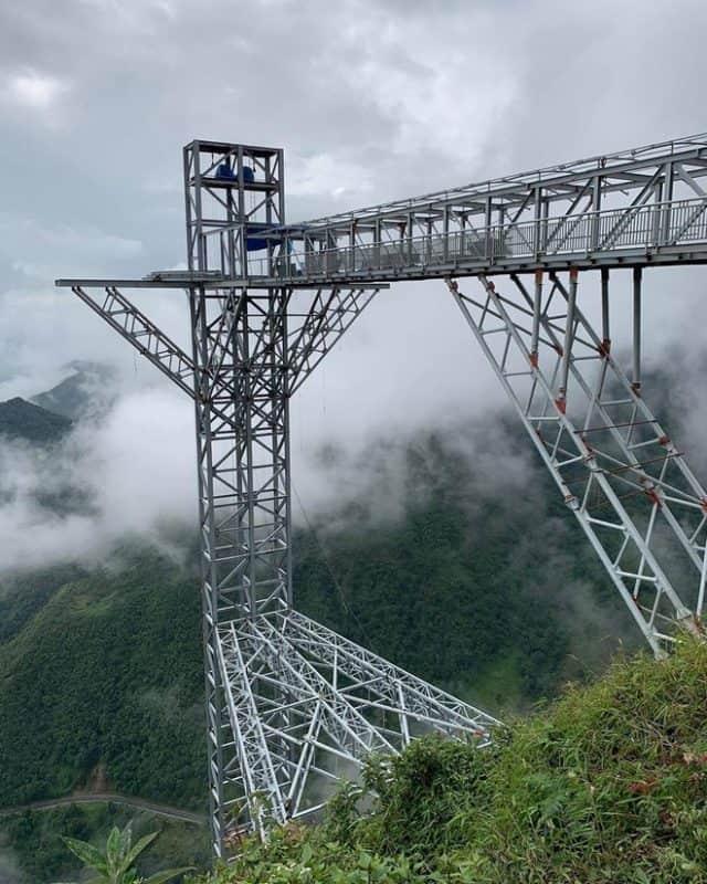 Công trình cầu kính cheo leo bên vách núi