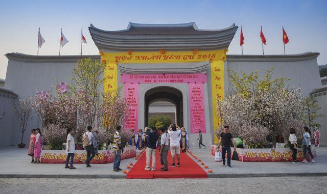 Cổng làng theo lối kiến trúc đời Trần là nơi đón du khách đầu tiên trong hành trình