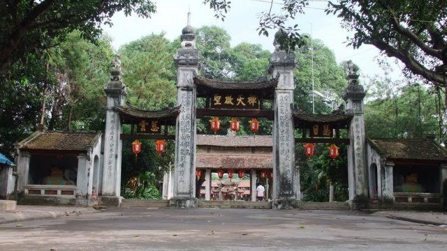 Cổng tam quan ở Chùa Láng