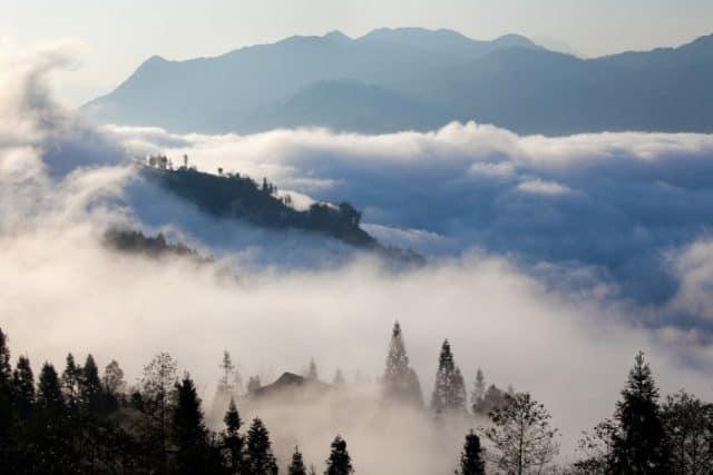 Mây phủ khắp các sườn đồi như một dải lụa trắng