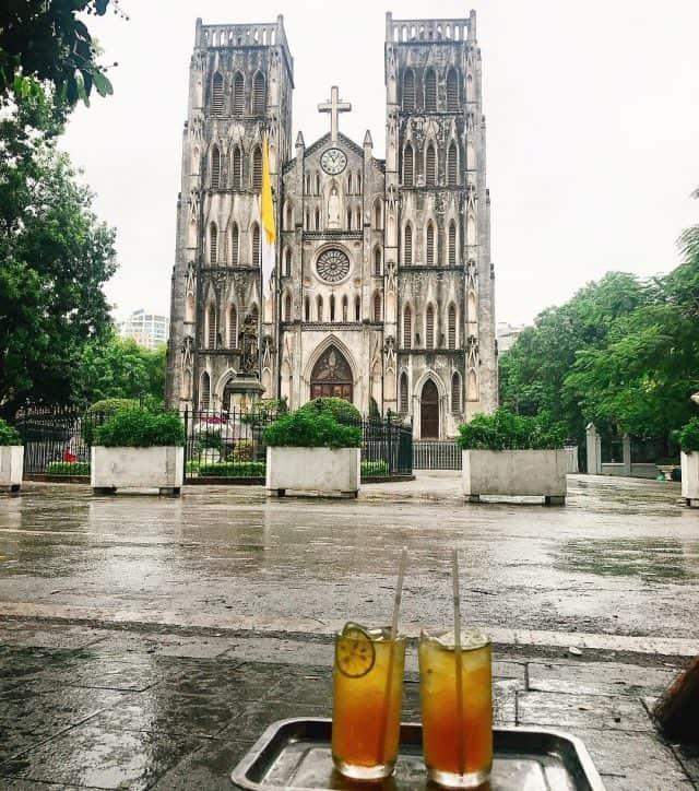Vui chơi đúng điệu Hà thành là phải có trà chnah chém gió tại nhà thờ Lớn. Ảnh:@phuongphuong_dang