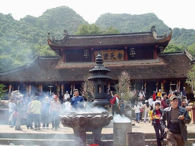 Lễ hội Chùa Hương bắt đầu từ ngày mùng 6 tháng riêng đến hạ tuần tháng 3 âm lịch