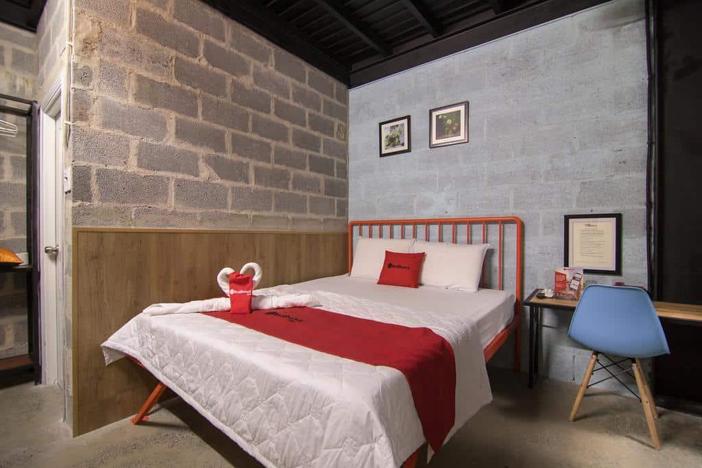 Với tông màu xám - trắng chủ đạo đem lại cho RedDoorz không gian mang phong cách cổ điển thanh lịch