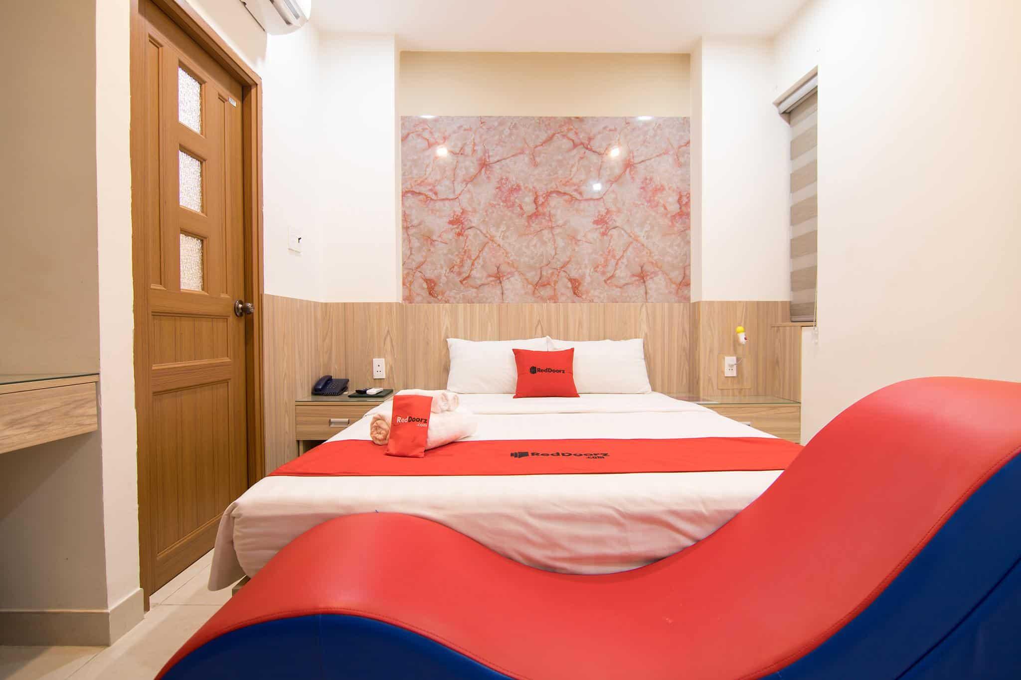 Giường đã bự mà ghế lại siêu to khổng lồ nữa thì còn gì bằng