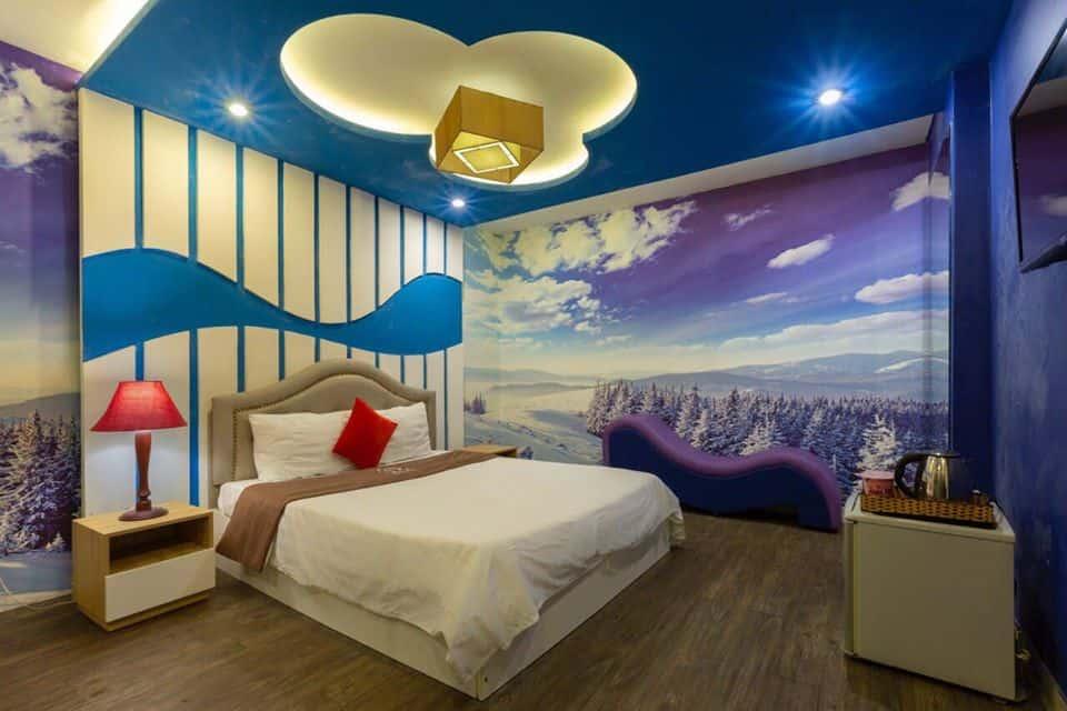 Tông màu xanh trắng chủ đạo giúp không gian phòng nghỉ tươi sáng và mát mẻ hơn.