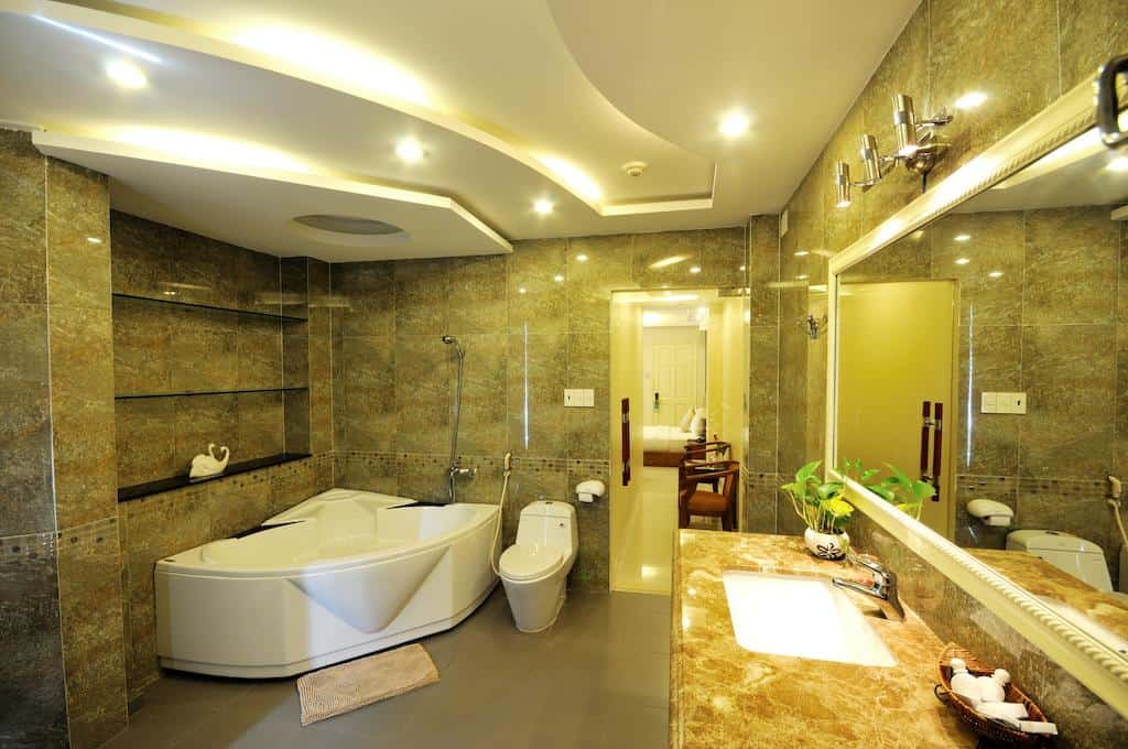 Đến không gian nhà tắm còn sang trọng và đẳng cấp thế này thì các cặp đôi biết phải làm gì rồi đấy