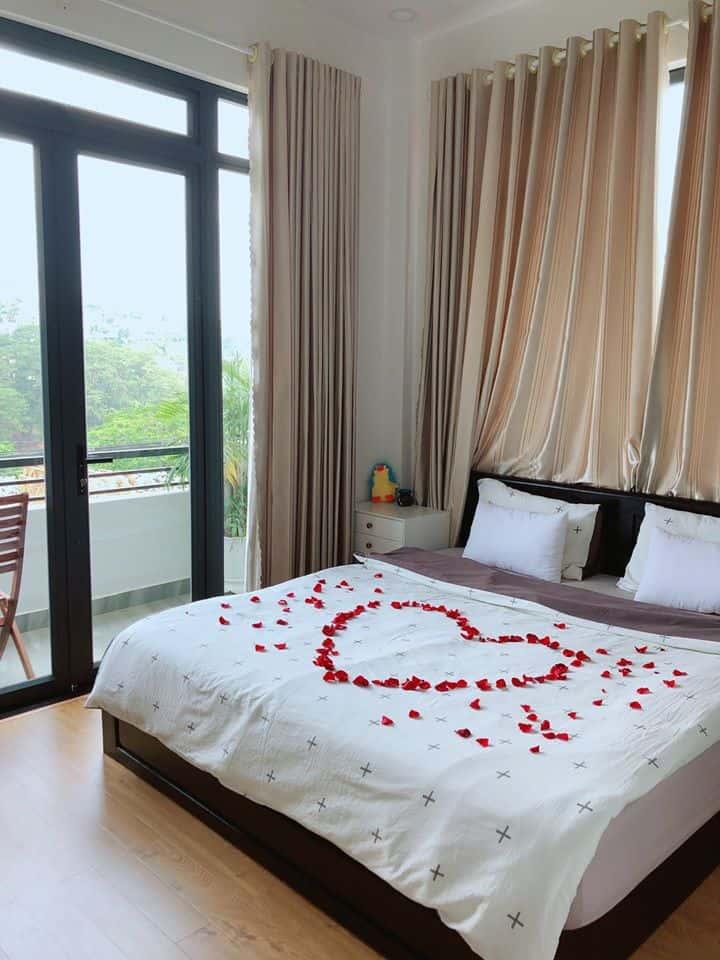 Ngắm một chiều hoàng hôn Đà Lạt trong vòng tay của người yêu bên khung cửa sổ này thì còn gì hạnh phúc hơn