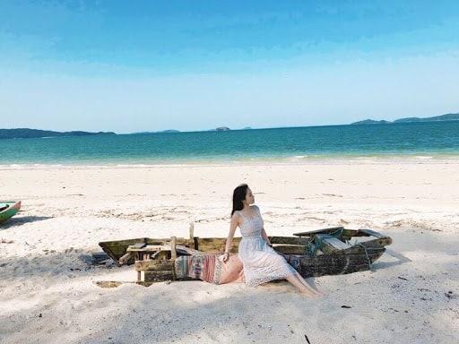 Thân em là dảicát Nằm nơi đó bãi bờ Biển xa chẳng thờ ơ Kêu sóng về hôn mãi
