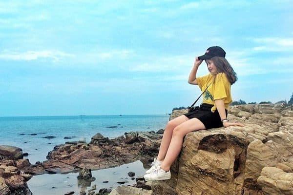 Những bãi đá tại biển Đồ Sơn khá ấn tượng giúp bạn có nhiêug góc chụp sống ảo cực chất. Ảnh: St