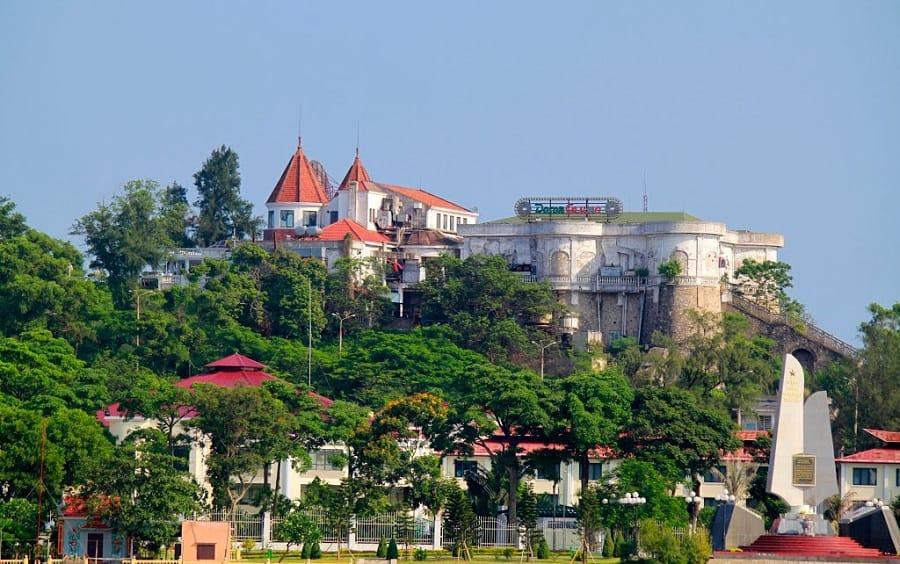 Sòng Casino tại Đồ Sơn nhìn từ xa tựa như một lâu đài trong truyện cổ tích. Ảnh ST