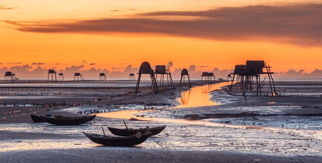 Bình minh trên biển Đồng Châu đẹp tựa một bức tranh thuỷ mặc. Ảnh St