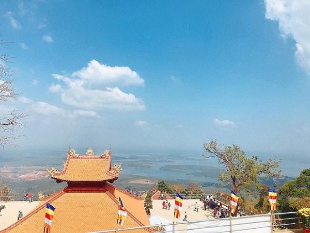 Ngắm cảnh từ đỉnh núi Bà Rá