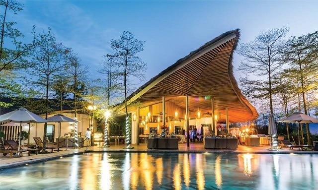 Nhà hàng cạnh hồ bơi với khung cảnh lãng mạn