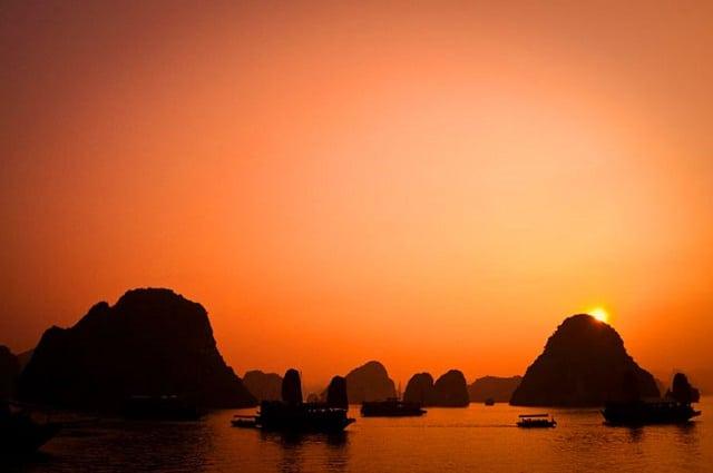 Vịnh Hạ Long đẹp ngỡ ngàng khi hoàng hôn buông xuống