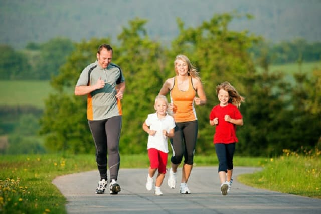 Luyện tập thể dục tăng cường sức đề kháng cho cả gia đình vào dịch corona