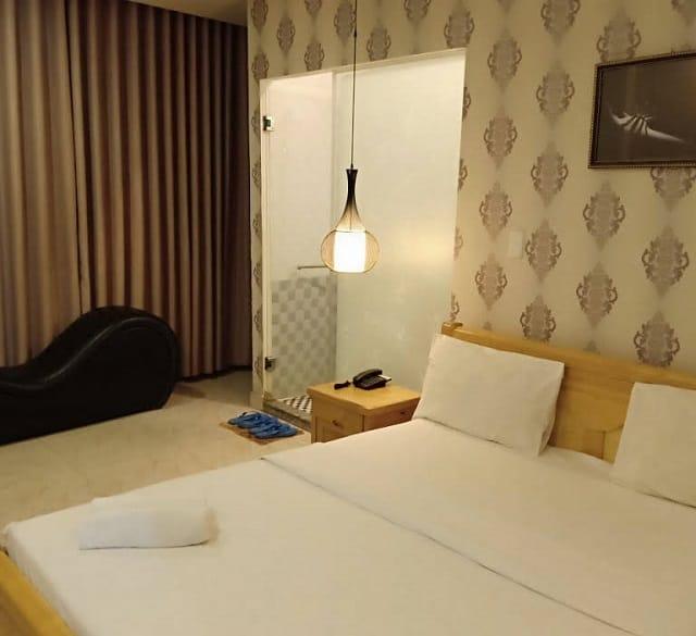 Ánh sáng ấm cúng, không gian rộng thoáng mang đến cảm giác gẫn gũi khi nghỉ ngơi tại Eros Hotel