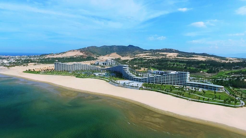 Khu resort nằm ôm trọn bãi biển Eo Gió. Ảnh St