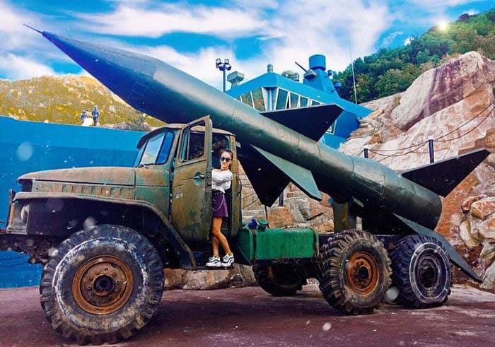 Mô hình xe chở tên lửa cực ấn tượng tại khu du lịch. Ảnh ST