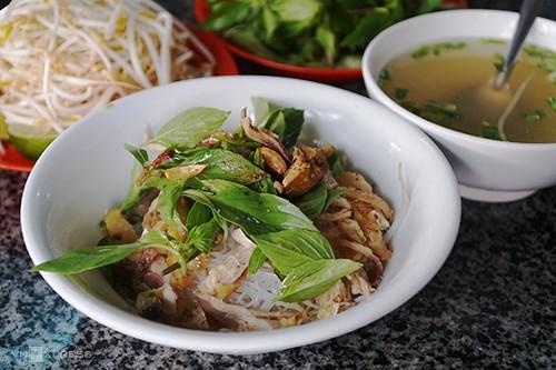 Món phở khô với đầy đủ các đồ ăn kèm trông rất ngon miệng. Ảnh VnExpress.net