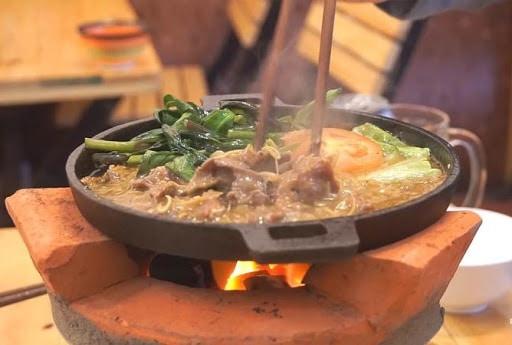 Chảo thịt luôn nóng hổi để đảm bảo độ hấp dẫn thơm ngon của món ăn. Ảnh St