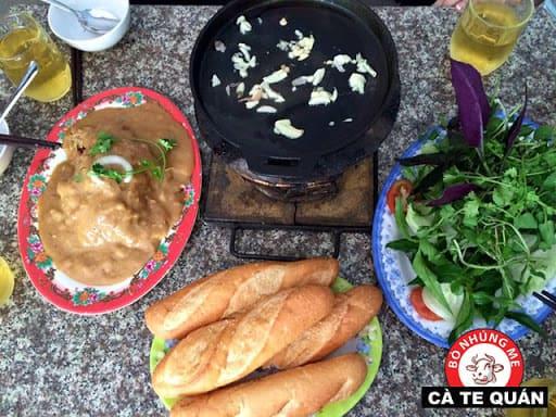 Lớp sốt dày đặc phủ kín đĩa thịt bò. Ảnh Cà Te Quán