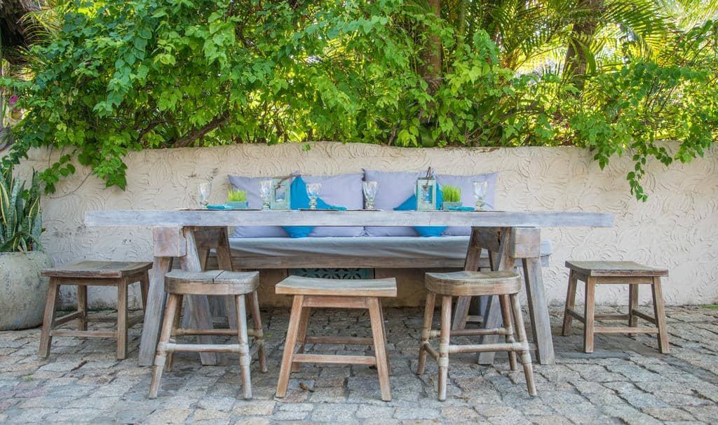 Một góc resort nơi du khách có thể nghỉ chân ăn uống ngay ngoài trời