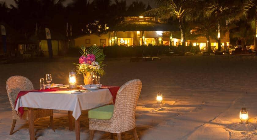 Được ăn tối trên bờ biển cùng người mình yêu thì còn gì hạnh phúc hơn