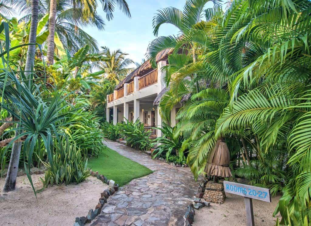 Đường đến các khu phòng nghỉ của resort