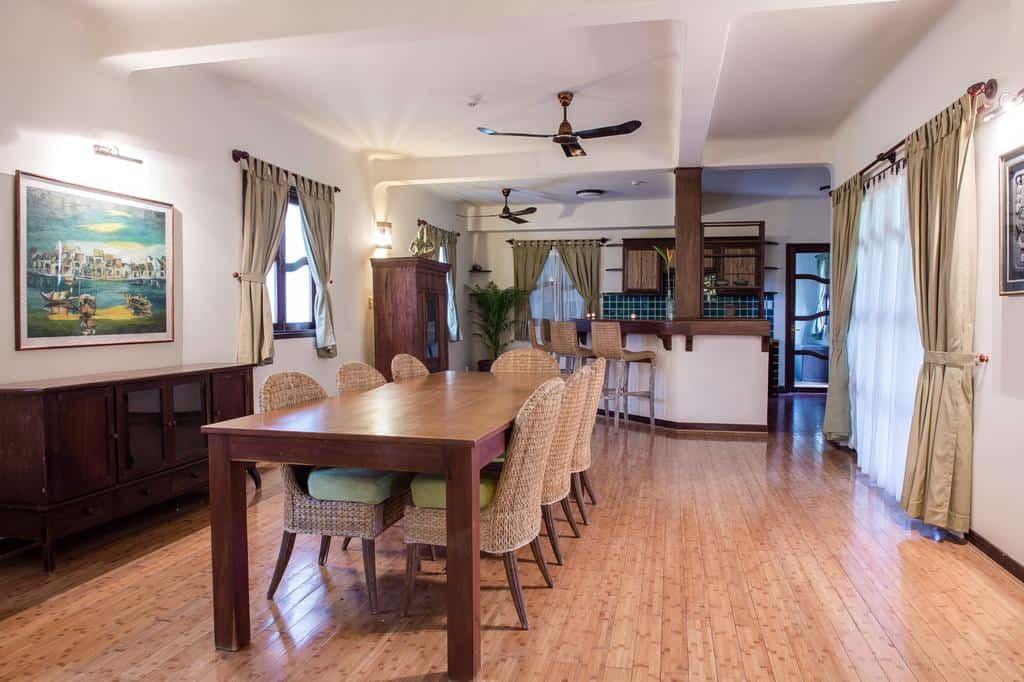 Khách sạn còn trang bị cả bàn ăn, quầy bar riêng cho một số phòng gia đình cao cấp