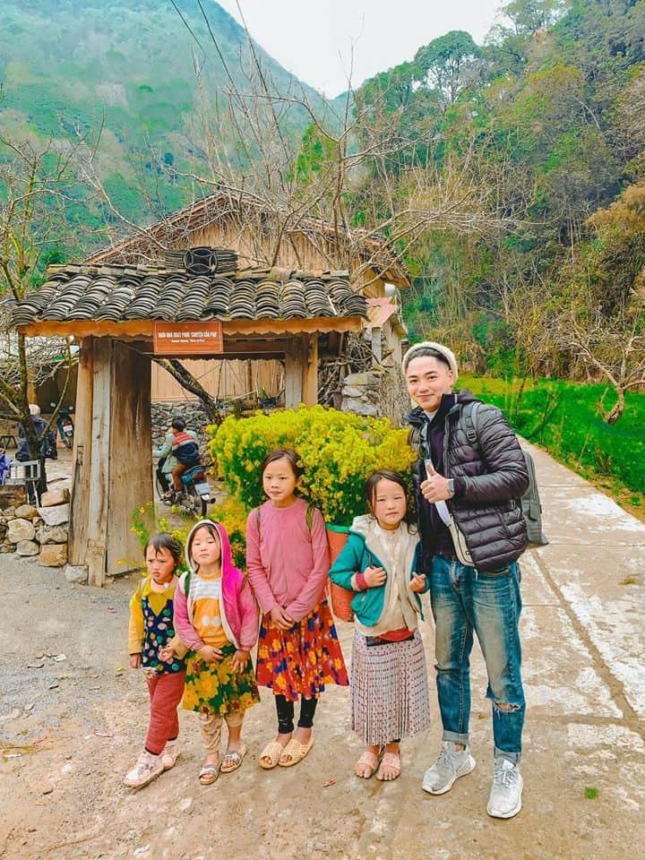 Những đứa trẻ vùng cao đeo gùi đi hái hoa. Ảnh: Hung NguyenCong