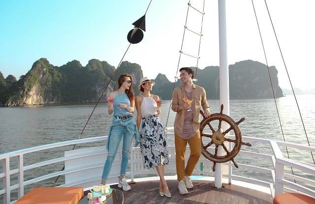 Ngồi du thuyền, thưởng thức bữa sáng và tham quan Vịnh Hạ Long là một trải nghiệm tuyệt vời khi tới đây