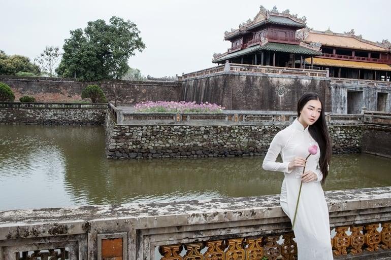 Nét đẹp tinh khôi của tà áo dài trắng tạo nên giá trị văn hoá truyền thống cho phụ nữ Việt Nam