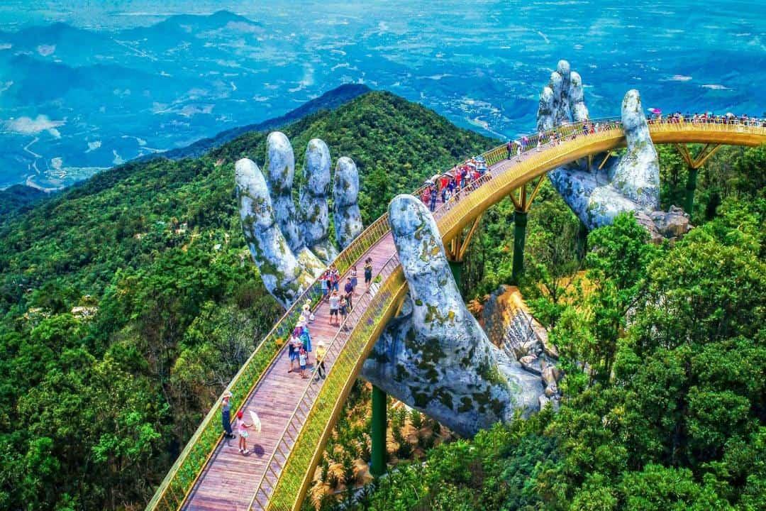 Từ cây cầu Vàng du khách có thể cảm nhận được bức tranh thiên nhiên hùng vĩ từ trên cao