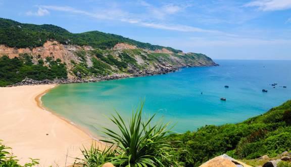 Đồi cát trải dài ngay bên cạnh biển trong xanh