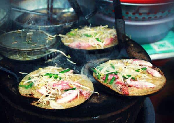 Bánh xèo miền trung với lớp vỏ bánh giòn rụm kết hợp cùng các loại hải sản