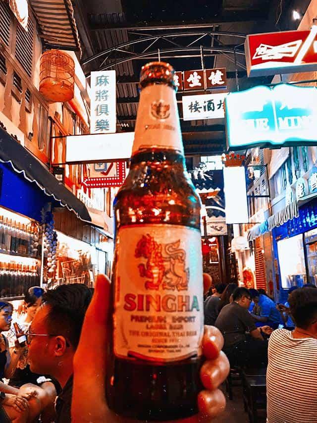 Chỉ cần một chai bia thêm chút đồ nhắm là có thể trò truyện xuyên đêm ở Sài Gòn rồi