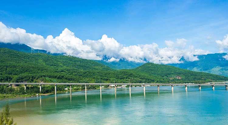 Biển Lăng Cô - được bầu chọn là vịnh biển đẹp nhất thế giới năm 2009