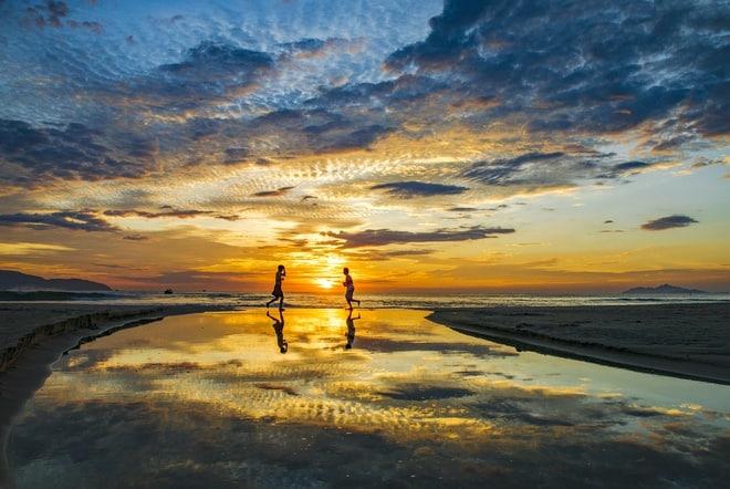 Hoàng hôn dần buông nơi bãi biển nhẹ nhàng thơ mộng khiến tâm trạng lắng đọng