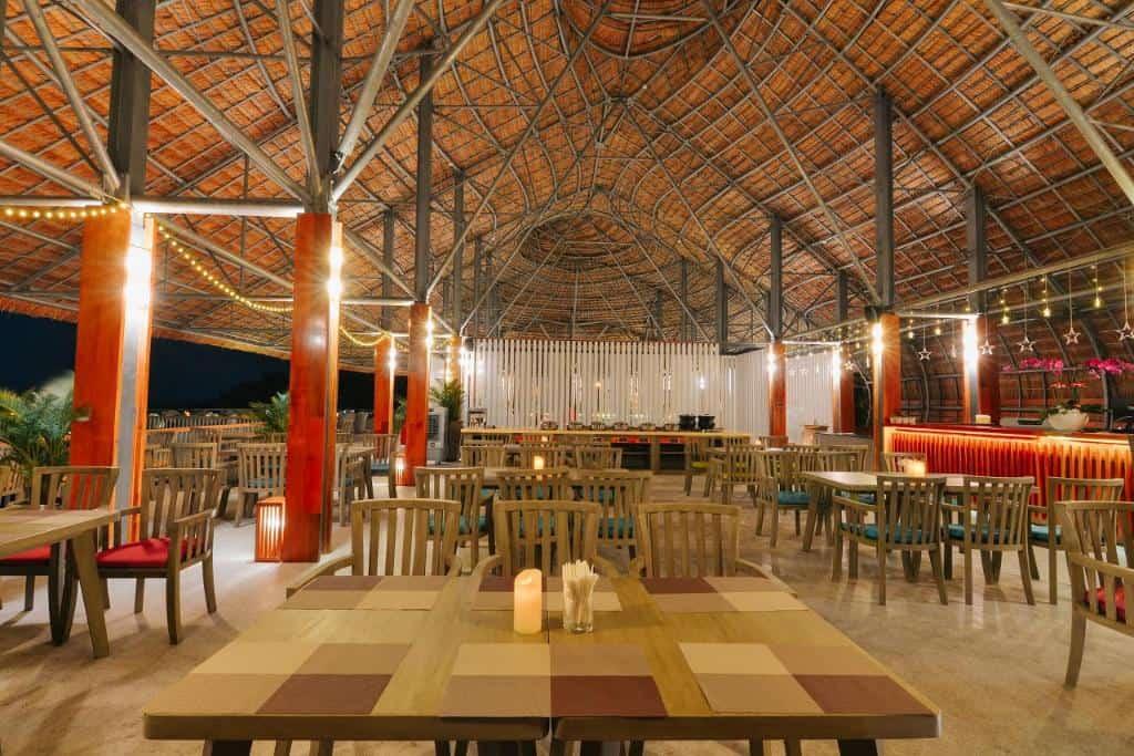 Nhà hàng Casa Marina Restaurant trong khuôn viên resort. Hình: Casa Marina Resort
